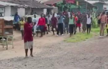 <!--:ru-->Люди на рынке в Монровии прогоняют человека, зараженного вирусом Эбола (ВИДЕО)<!--:-->
