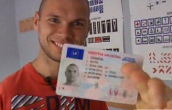 <!--:ru-->В Латвии водитель без рук получил права, успешно сдав все экзамены<!--:-->
