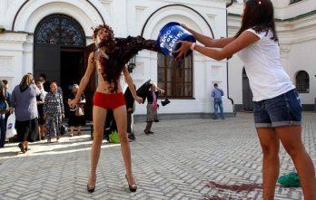 <!--:ru-->Femen умылись в Киеве