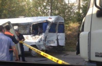 <!--:ru-->Маршрутка столкнулась с грузовиком: восемь человек пострадали<!--:-->