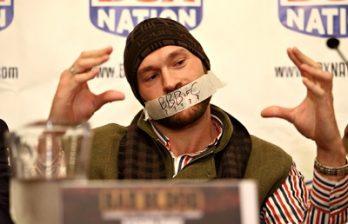 <!--:ru-->Боксер Тайсон Фьюри пришел на пресс-конференцию с заклеенным ртом<!--:-->