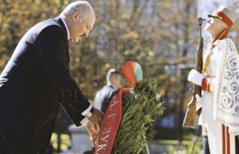 <!--:ru-->Белорусская делегация во главе с Александром Лукашенко возложила цветы к памятнику Штефану чел Маре<!--:-->