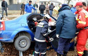 <!--:ru-->Автомобиль врезался в бетонный барьер: погиб один человек<!--:-->