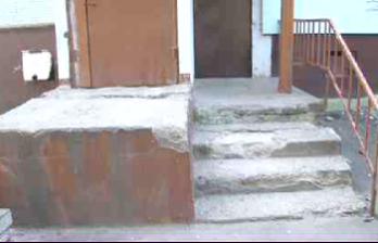 <!--:ru-->Разбитое крыльцо многоэтажки на Буюканах: жильцы со страхом ждут зимы<!--:-->
