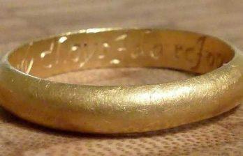 <!--:ru-->Золотое кольцо с выгравированным на нем сообщением обнаружено в Великобритании<!--:-->