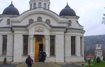 <!--:ru-->Сотни верующих пришли в монастырь Курки, чтобы принять участие в освящении собора Рождества Пресвятой Богородицы<!--:-->