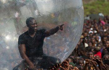 <!--:ru-->Рэпер из США отгородился от жителей Конго пластиковым шаром<!--:-->
