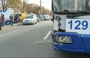 <!--:ru-->На Алба Юлии произошла авария с участием троллейбуса и двух легковых автомобилей<!--:-->