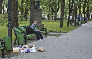 <!--:ru-->Работники Autosalubritate говорят, что в этом году мусора на площади больше, чем в предыдущие<!--:-->