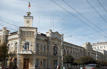 <!--:ru-->Группа людей продолжает блокировать деятельность столичной мэрии<!--:-->