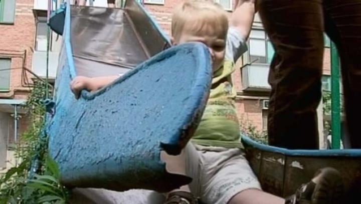 Разрушенные детские площадки Бельц: сломанные качели и ржавые горки
