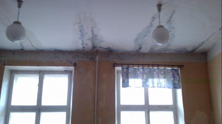 Жители Бельц жалуются на протекающую крышу и местные власти