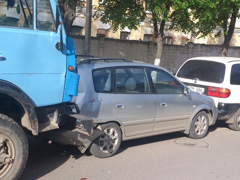 Сегодня утром в Бельцах произошла цепная авария (ФОТО/ВИДЕО)