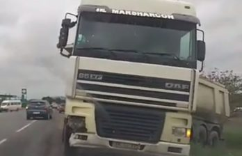(ВИДЕО) Грузовик врезался в легковую машину на выезде из Бельц