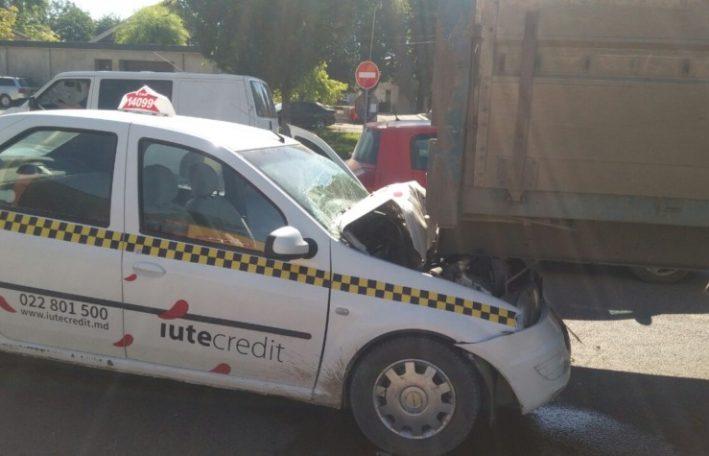 Таксист попал в больницу после утреннего ДТП