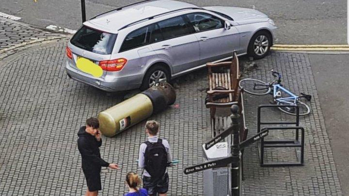 Машина врезалась в золотой почтовый ящик Энди Маррея
