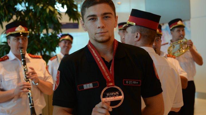 Бронзового призера Дениса Виеру в кишиневском аэропорту встречали цветами и музыкой