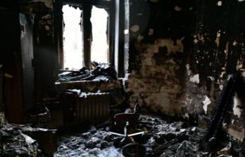 Шокирующее видео: Психически нездоровый мужчина поджег свою квартиру в Кишиневе