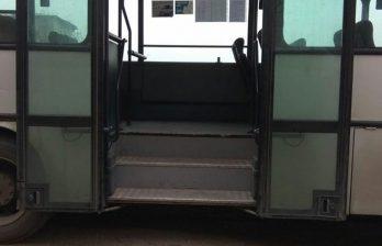 В Бельцах женщина попала в реанимацию после того, как выпала из переполненного автобуса