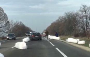 (ВИДЕО) ДТП на трассе Кишинев-Бельцы: водитель грузовика растерял свою поклажу