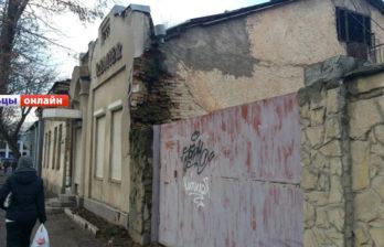 Дом по улице Достоевского в Бельцах представляет угрозу для пешеходов