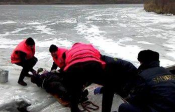 (ВИДЕО) Рыбак провалился под лёд - спасатели вовремя пришли на помощь