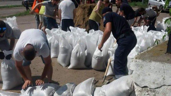 Повышение уровня воды в Днестре: в Вадул-луй-Водэ спасатели возвели километр защитной стены (ФОТО)