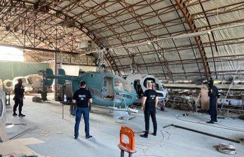(ФОТО/ВИДЕО) Прокуроры обнаружили в Криулянах ангар, полный нелегальных вертолетов разной степени сборки