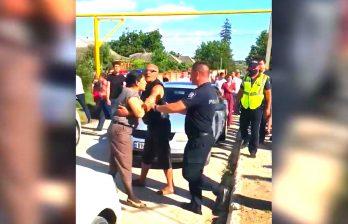 (ВИДЕО) Массовая драка в Единцах - члены двух семей устроили потасовку из-за наказания за общее застолье