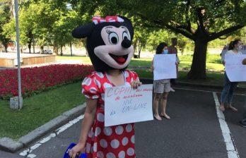 (ВИДЕО) Родители протестуют перед зданием правительства: Чего они требуют