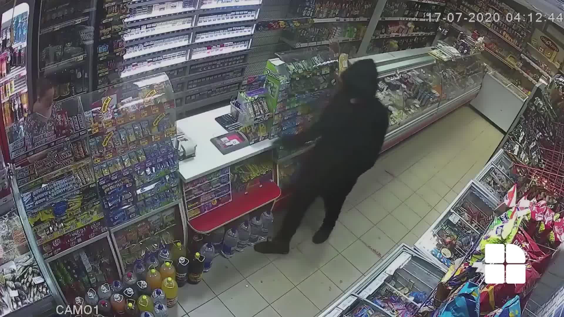 В Бельцах вооруженный грабитель напал на круглосуточный магазин. Полиция просит граждан помочь (ВИДЕО)