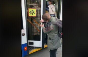 (ВИДЕО) Социальная дистанция - 1 миллиметр: пассажиры набиваются в столичные троллейбусы как шпроты в банку