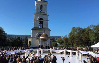 (Прямой эфир)Кишиневу – 584. Сотни людей собрались в сквере Кафедрального собора