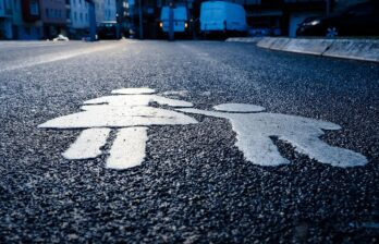 Водитель без прав насмерть переехал заснувшего на дороге пьяного мужчину
