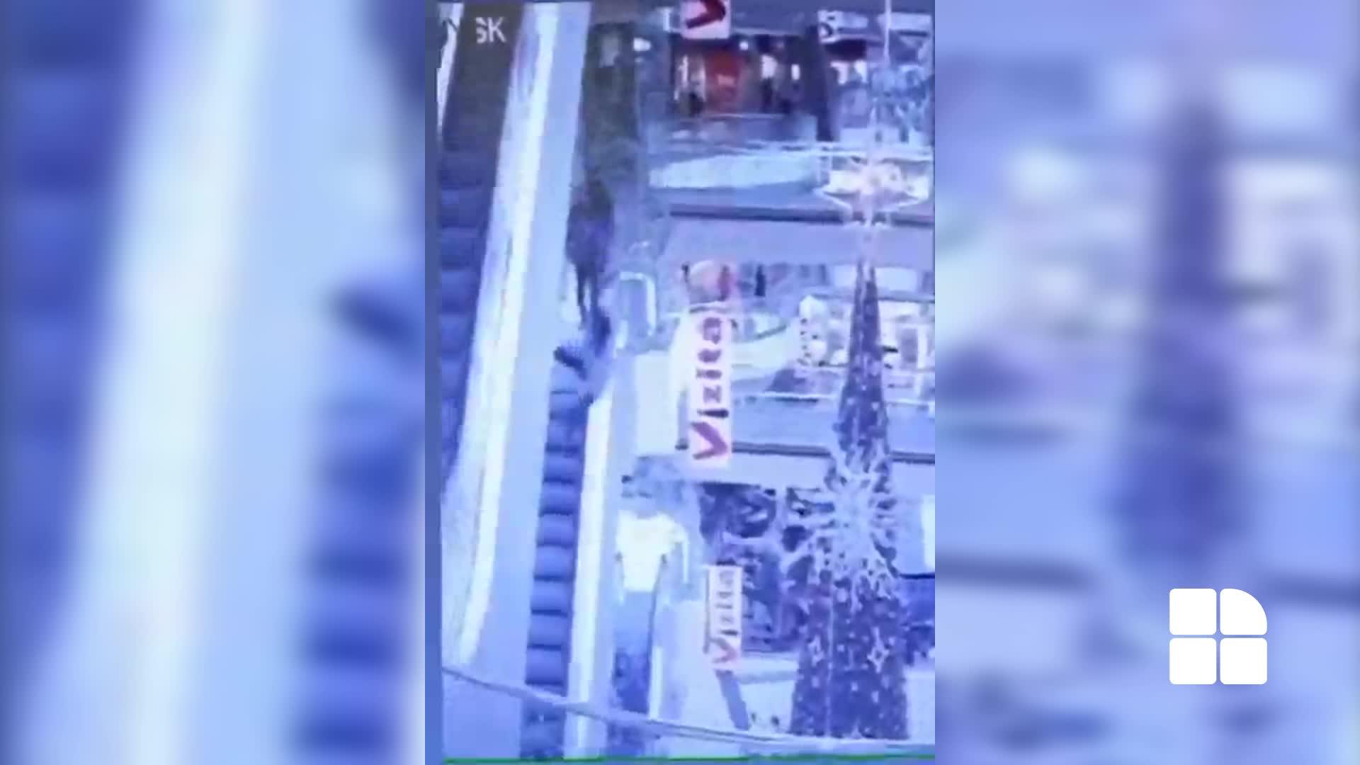 Момент падения парня со второго этажа торгового центра попал на ВИДЕО