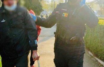 Карабинеры в Бельцах помогли мужчине, который лежал на земле - ему была оказана медицинская помощь