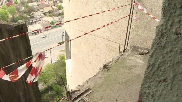 Чудом живы остались: возле женщины с ребенком рухнула бетонная плита с балкона