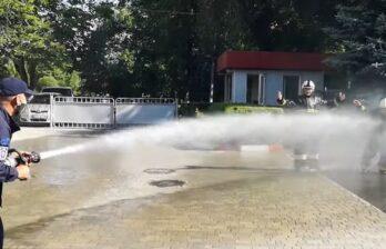 В Бельцах двое пожарных завершили свою 25-летнюю профессиональную деятельность под мощные струи воды