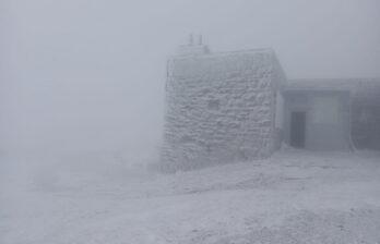Здравствуй, лето: украинские Карпаты замело снегом
