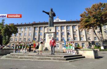 Бельчане отмечают День независимости, традиционное возложение цветов у памятника Штефану чел Маре