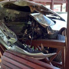 ДТП под Флорештами: автомобиль налетел на беседку и встал на дыбы
